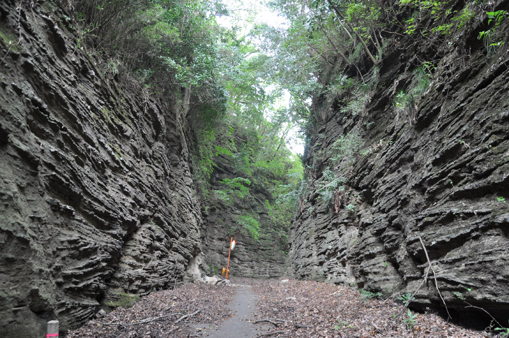 Kuchino (path cut open through submarine volcanic deposit)