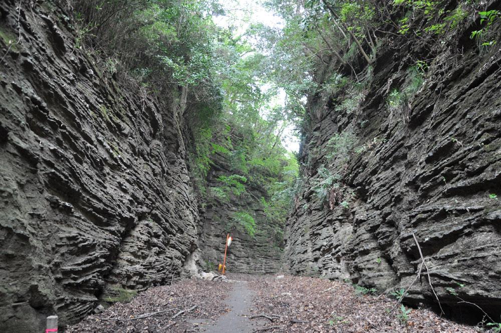 Kuchino (path cut open through submarine volcanic deposit)